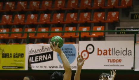 Maria Mayol i Lucía Pasaman, en un moment del partit.