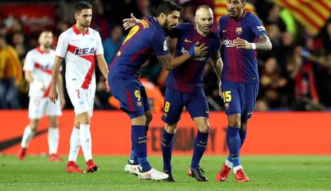 Luis Suárez, Iniesta i Paulinho celebren el gol de l'empat.