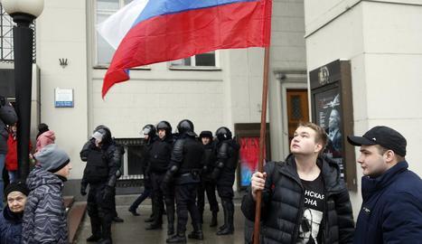 Opositors russos vigilats de prop per la policia moscovita.