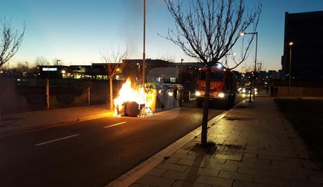 El contenidor, en flames, ahir a la tarda a Copa d'Or.