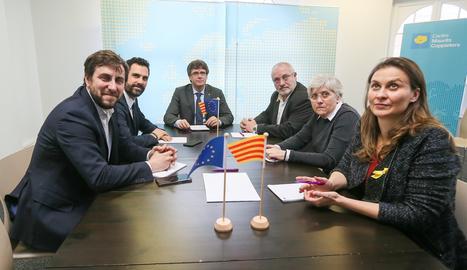 L'expresident de la Generalitat Carles Puigdemont i el president del Parlament, Roger Torrent (2e), al costat dels exconsellers Clara Ponsatí (2d) i Lluís Puig (3d) -ambdós de JxC- i Meritxell Serret (d) i Toni Comín (e) -ambdós d'ERC-, durant la seva reunió a Brussel·les, Bèlgica.