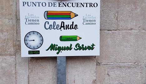 Un dels cartells que indica la ruta al Miguel Servet.