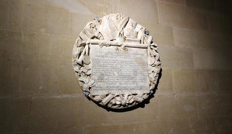 Placa de l'abat Jaume Caresmar, al monestir de les Avellanes.