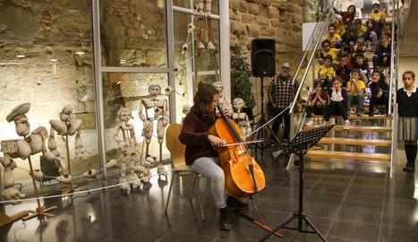 Música i titelles, ahir a la presentació a l'Espai Orfeó del nou cicle de debats 'Diàlegs'.