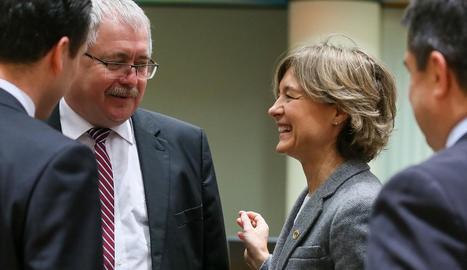 La ministra espanyola d'Agricultura conversa amb el seu homòleg hongarès, ahir a Brussel·les.
