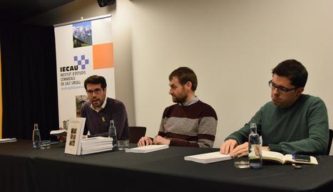 L'alcalde de la Seu, Albert Batalla (a l'esquerra), va presidir ahir la presentació de la revista cultural.