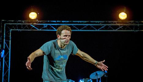 L'actor i cantant Marc Martínez presentarà demà el muntatge 'Mal Martínez. Humor i hòsties'.