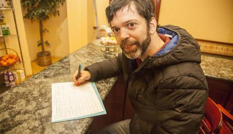 Un veí de Tàrrega firmant ahir contra els microtalls.