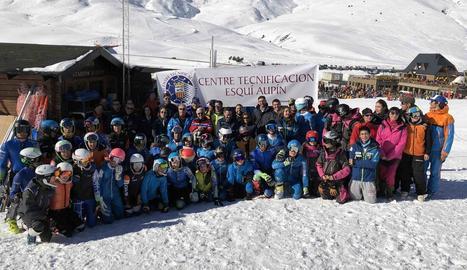 La comitiva del COE va posar amb els esquiadors del centre de tecnificació estatal de Vielha durant la visita a l'estació de Baqueira Beret.