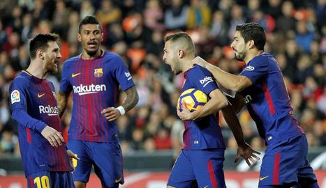 Messi i Luis Suárez celebren un gol aquesta temporada amb Jordi Alba i, al fons, Paulinho.