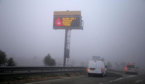 Vista d'un cartell informatiu que alertava ahir de la boira intensa a l'autopista al seu pas per les Borges Blanques.