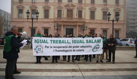 Concentració a Lleida davant de la Subdelegació del Govern, ahir.