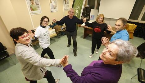 Usuaris ahir en una de les classes d'educació física que organitza l'AECC a Lleida per a pacients.