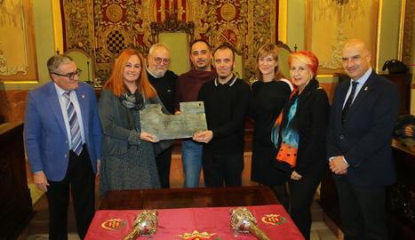 Els directors del Centre de Titelles de Lleida recullen el guardó a la sala d'actes de la Paeria.