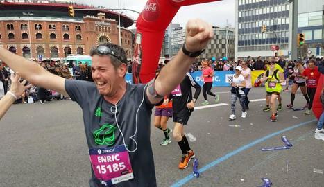 Enric, emocionat, el dia en què va finalitzar la seua primera marató, a Barcelona el 2017.