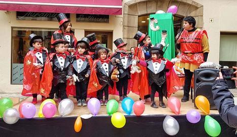 Escolars de Torà disfressats ahir de mags.
