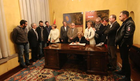 L'alcaldessa de Madrid, Manuela Carmena, al firmar el llibre d'honor de l'ajuntament de Lleida.