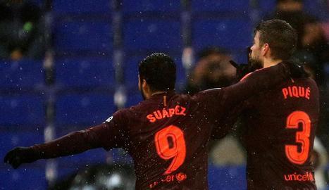 Suárez controla la pilota al costat d'Aarón Martín, de l'Espanyol.