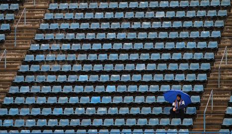 La solitud d'un espectador entre tanta grada buida reflecteix l'aspecte desolat ahir de l'estadi.