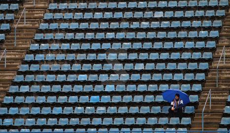 La solitud d'un espectador entre tanta grada buida reflecteix l'aspecte desolat ahir de l'estadi
