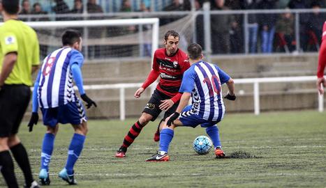 Diferents jugadors de l'EFAC Almacelles i del San Cristóbal pugnen per aconseguir el control de la pilota en una jugada dividida.