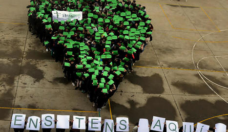 """Punter que van fer els alumnes de l'institut de Bellcaire d'Urgell, amb el lema """"Ens tens aquí!""""."""