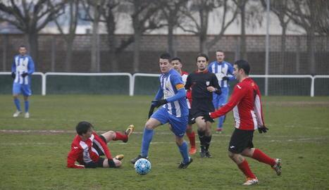 Una jugada del partit que va enfrontar l'Artesa de Lleida i el Puigvertenc.