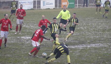 Jugadors del Montoliu i del Golmés es disputen la pilota.