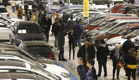 Visitants ahir davant de turismes a la venda a Fira Ocasió de Lleida.