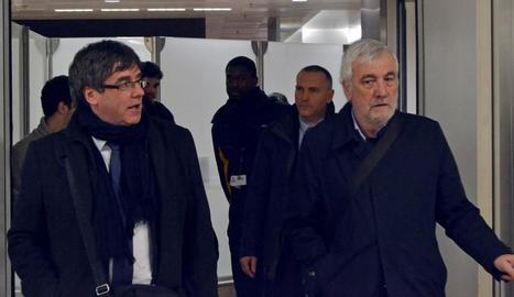 L'expresident de la Generalitat de Catalunya, Carles Puigdemont (e), al costat de l'empresari Josep Maria Matamala (d), a Brussel·les.