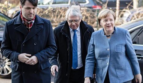 Angela Merkel a l'arribar a la zona de negociacions amb els socialdemòcrates alemanys.
