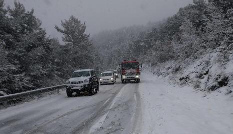 Un vehicle de Bombers a la carretera coberta de neu a Sant Llorenç de Morunys.
