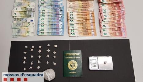 Els mossos van trobar al pis dels detinguts24 embolcalls d'heroïna, preparada per una venda imminent, i una bossa amb 44 grams d'heroïna, amb un pes total de 52,8 grams, 3.900 euros en efectiu i una bàscula de precisió.