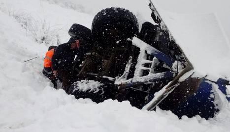Una màquina llevaneus ha bolcat a la carretera de Montenartró, al Pallars Sobirà.