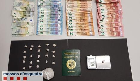 Els Mossos van decomissar 52 grams d'heroïna i uns 3.900 €.