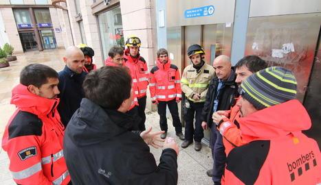 Bombers, ahir al migdia a l'ascensor de la plaça Sant Joan.