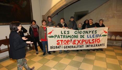 Els activistes d'Ipcena van desplegar una pancarta i van fer pintades a la façana del bisbat.