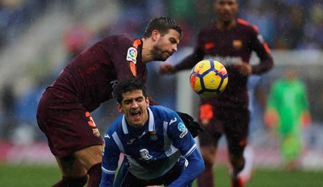Gerard Piqué i Gerard Moreno disputen una pilota durant el partit de diumenge.