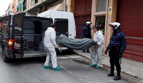 Operaris traslladen el cadàver del jove de 19 anys.