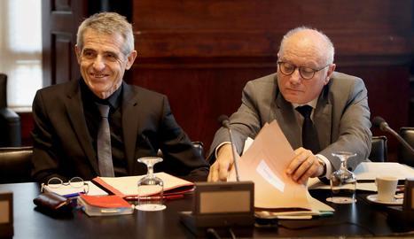 El lletrat gran del Parlament, Antoni Bayona (esquerra) i el secretari general del Parlament, Xavier Muro, durant la reunió de la Junta de Portaveus al Parlament, reunida per primera vegada avui després de l'ajornament del ple d'investidura.