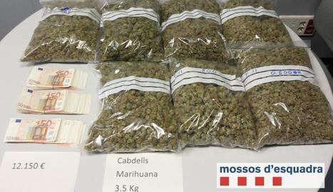 Imatge de la marihuana que se li va decomissar i els 12.150 euros que portava en bitllets de 50 euros.