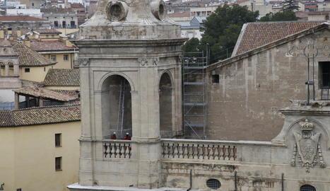 Operaris de l'empresa Cigüeña Stop, revisant les cúpules de la façana principal de la Catedral.