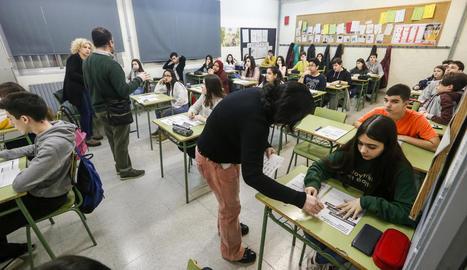 Professors donant els últims detalls als alumnes abans de començar les competències bàsiques.