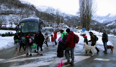 Un operari d'Endesa accedint a una línia a Ribera d'Urgellet (esquerra) i nens a l'escola sense llum del Pla de Sant Tirs (dreta).