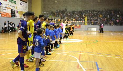 Els jugadors del FC Barcelona i la selecció absoluta d'Alemanya, abans del partit que van disputar al Poliesportiu de Balaguer.