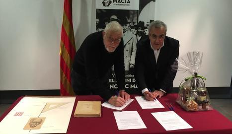 Bellmunt i Mir durant la firma del protocol de donació.