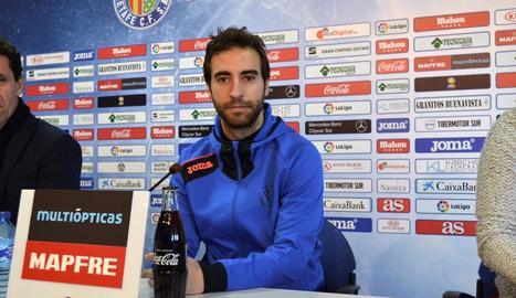Piqué pugna amb Gerard Moreno en el polèmic partit de Copa davant de l'Espanyol.
