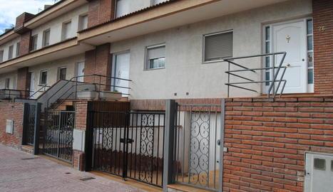 Imatge de l'habitatge en què va tenir lloc l'agressió. A la dreta, la porta amb el vidre trencat.