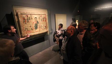 Imatge d'arxiu d'una visita guiada al Museu de Lleida davant del frontal romànic de Tresserra.