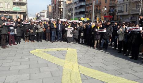 Els manifestants han desplegat un gran llaç groc davant de la seu d'Òmnium